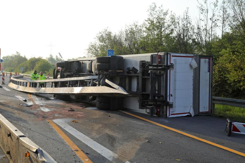 LKW auf der Autobahn umgekippt