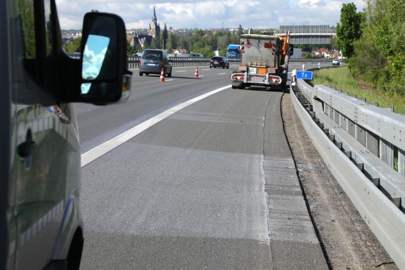 Farben und Lacke liefen aus LKW auf die Autobahn