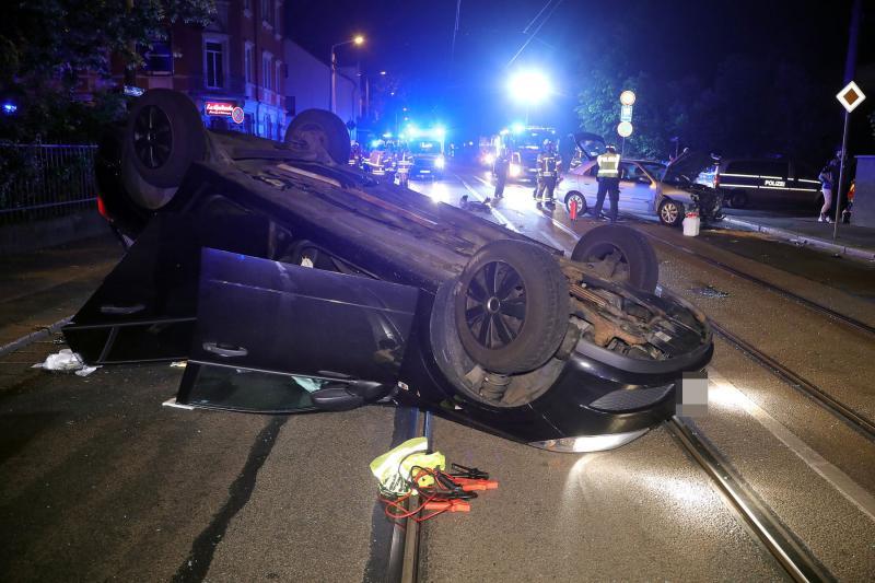 PKW landet nach Unfall auf dem Dach
