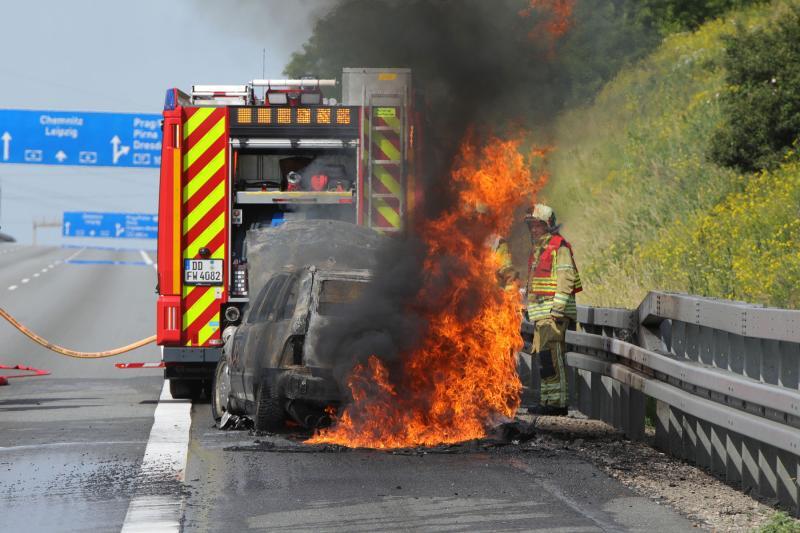 PKW ging während der Fahrt auf der Autobahn in Flammen auf