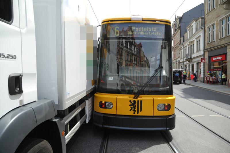 LKW blieb an Straßenbahn hängen