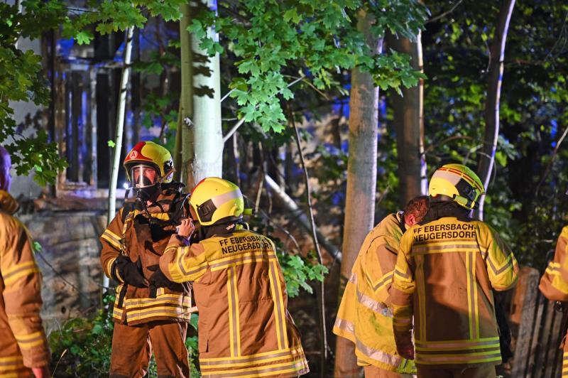 Nachbarn verfolgten Zündler noch: Wieder steht unbewohntes Haus in Flammen