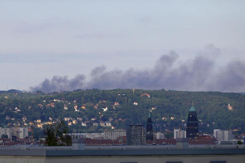 Feldbrand zwischen Weißig und Gönnsdorf  Rauchwolke kilometerweit sichtbar