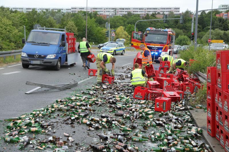 Bierlaster verlor Ladung auf der Innsbrucker Straße