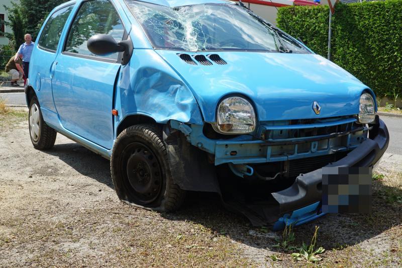Auf parkenden Citroen aufgefahren: Renault-Fahrer überschlägt sich