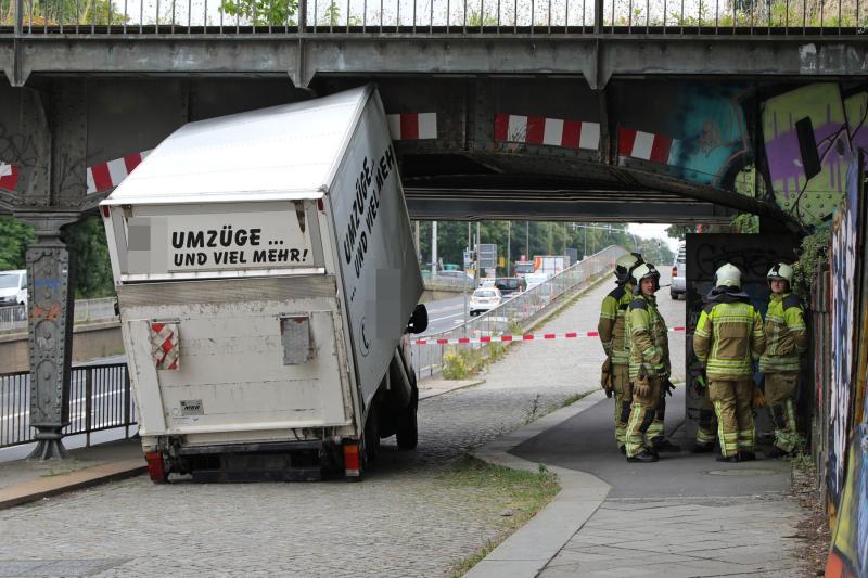 Kleinlaster blieb unter Eisenbahnbrücke hängen und brach auseinander