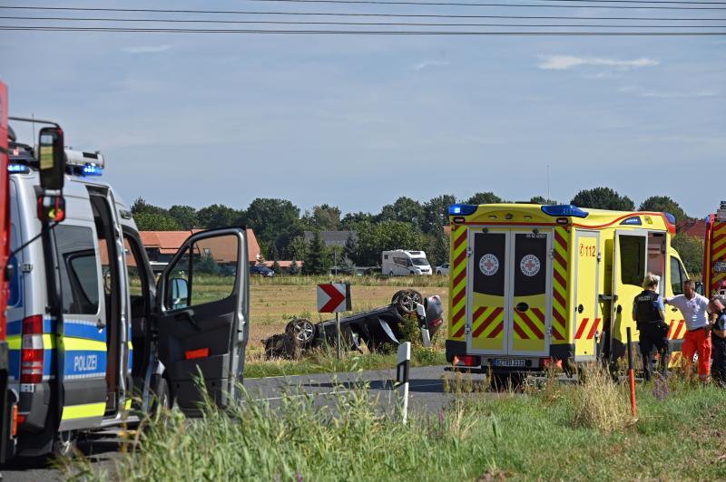 Von der Straße abgekommen: Zwei Schwerverletzte nach Überschlag