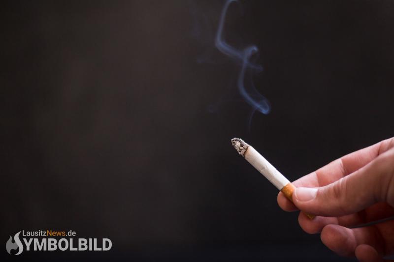 7-Jähriger raucht im Beisein seiner Eltern