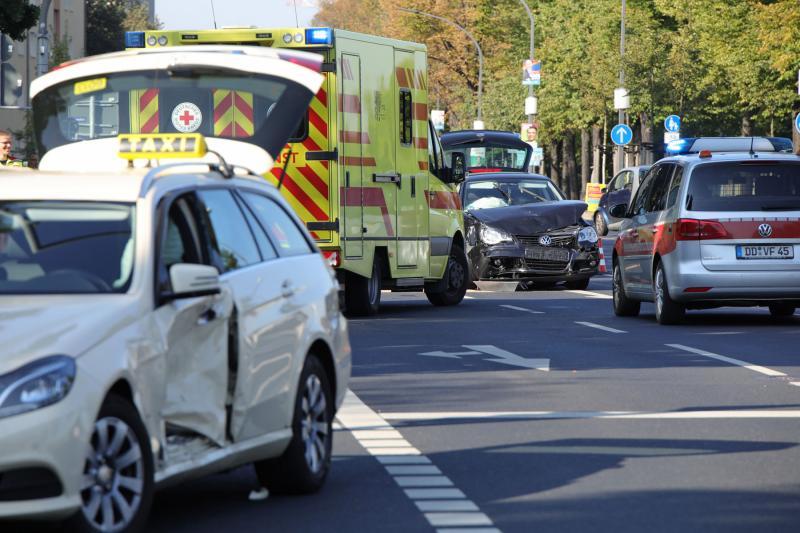 Kleinwagen kollidiert mit Taxi: 3 Verletzte