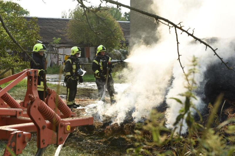 Anhänger mit Heu fängt Feuer: Kameraden müssen schnell handeln