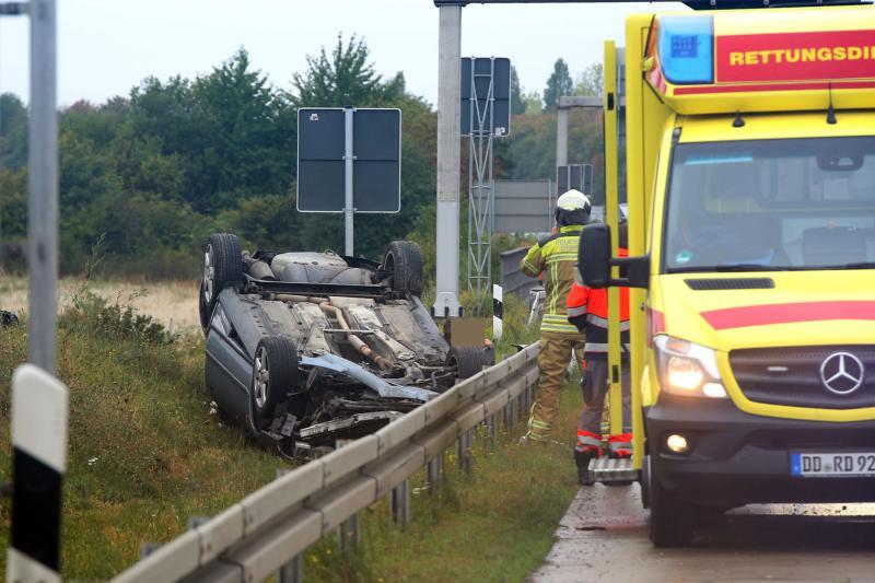 PKW auf der Autobahn überschlagen: Fahrer betrunken und verletzt