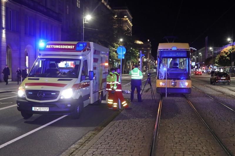 2 Füßgänger stießen mit Straßenbahn zusammen