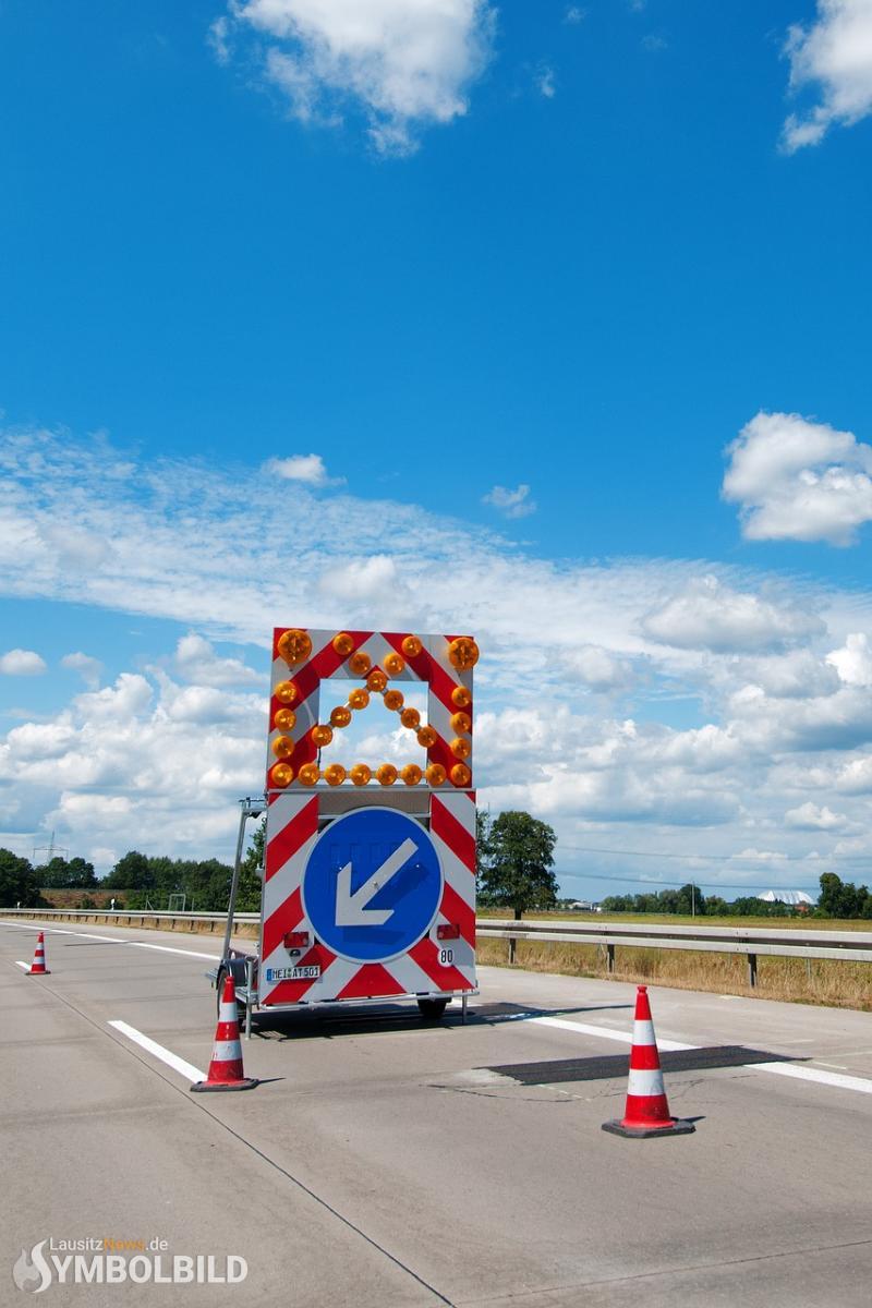 Audi fuhr auf Schilderwagen auf - Fahrerin verletzt