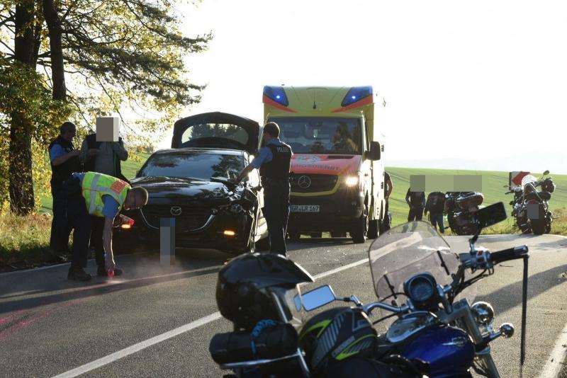 Krad-Fahrer kommt in den Gegenverkehr - 1 Toter, 2 Verletzte