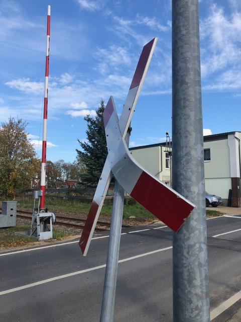 LKW-Fahrer touchiert Andreaskreuz – Zeugenaufruf