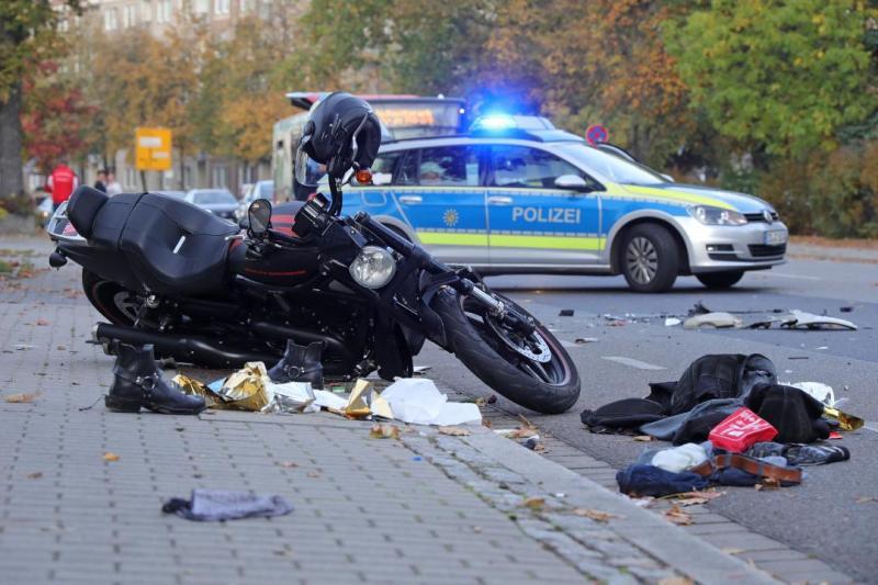 PKW kollidiert mit entgegenkommenden Motorrad - 1 Schwerverletzter