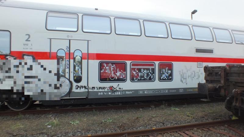 30 Quadratmeter Graffiti auf nagelneuem Reisezugwagen