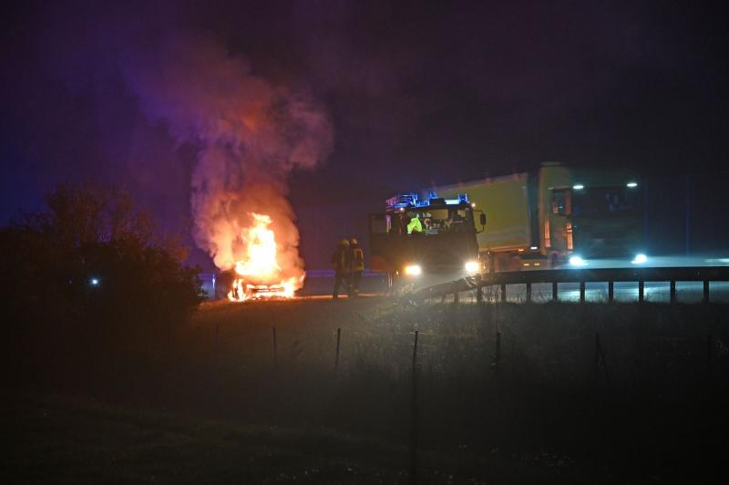 Skoda steht lichterloh in Flammen: Feuerwehreinsatz auf der Autobahn