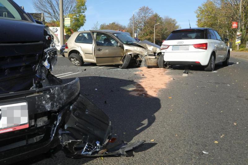 Schwerer Unfall in Dresden: 4 PKW kollidieren nach missglücktem Überholvorgang