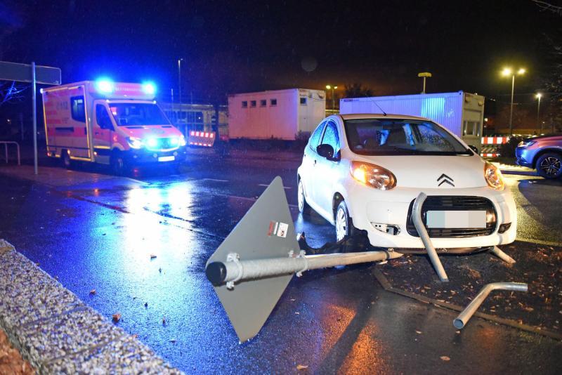 Verkehrszeichen gefällt: Mitsubishi-Fahrer übersieht Ciroen