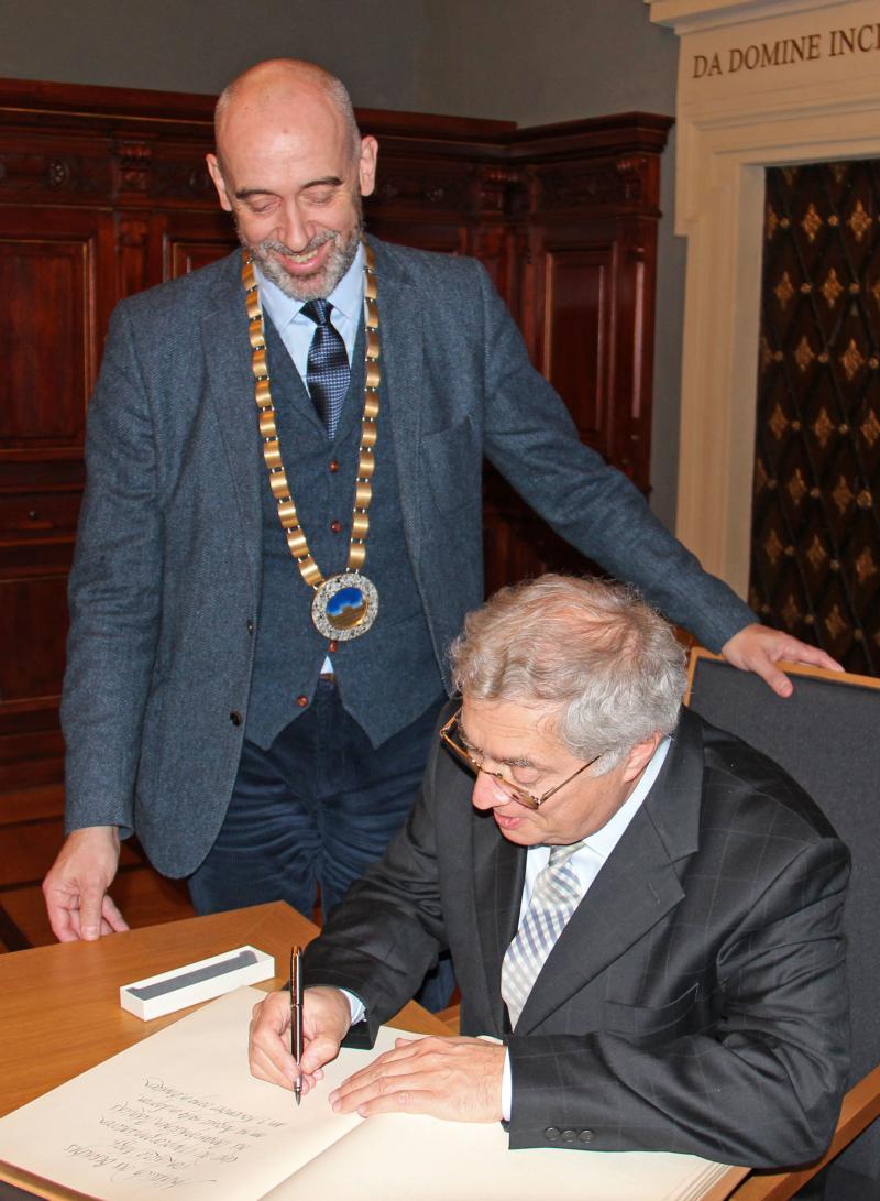 László Nagy trägt sich ins Goldene Buch ein