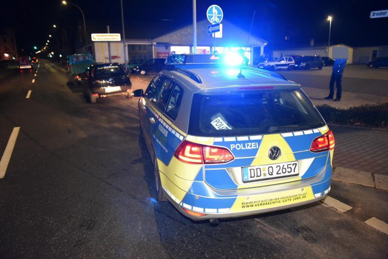 Weil er Notarzt Platz machte: VW fährt in Opel