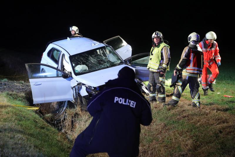 Niemand hielt nach Unfall an: PKW fuhr in den Straßengraben und prallte gegen Hindernis