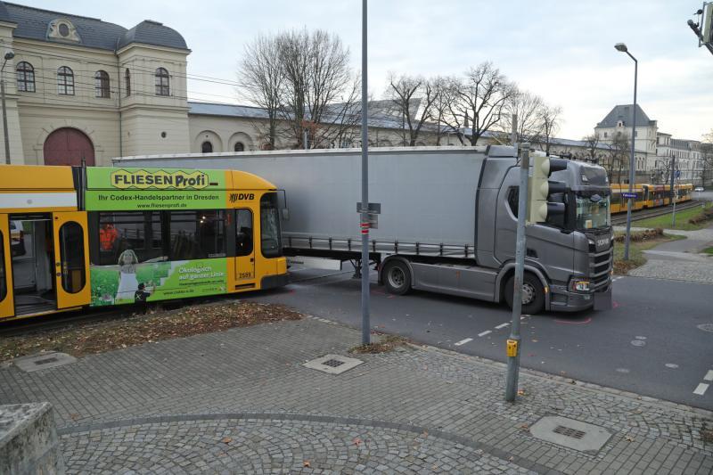 Straßenbahn entgleist nach Kollision mit LKW