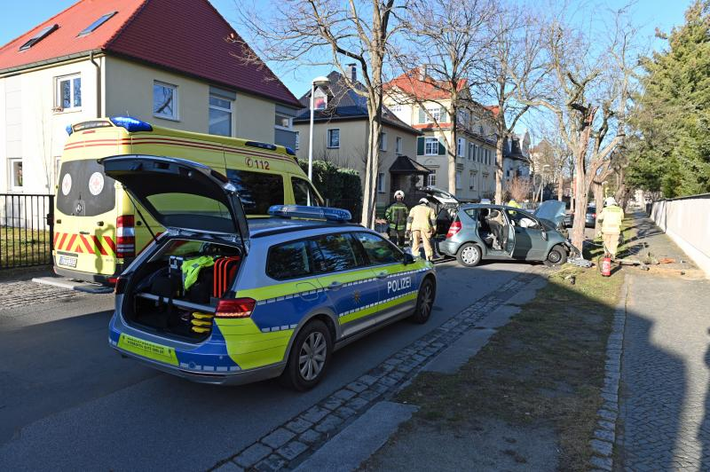 Kontrolle verloren: Mercedes prallt gegen Baum