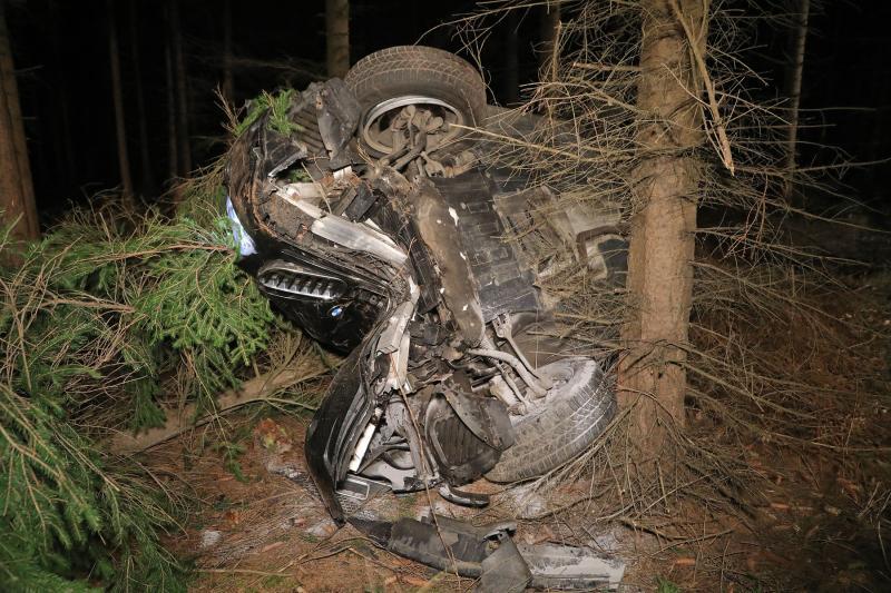 Alkoholisierter Fahrer flüchtet nach heftigem Baumcrash