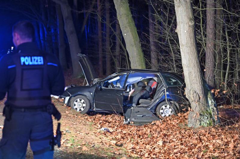 Skoda kommt von Straße ab und prallt gegen Baum: Fahrer stirbt noch an der Unfallstelle