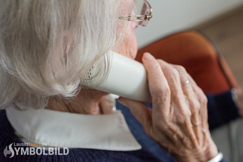 Seniorin fällt am Telefon auf Betrüger rein