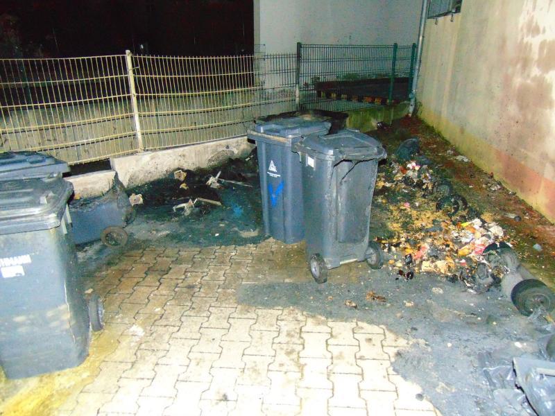 Ursache unklar: Mülltonnen brennen in Hinterhof