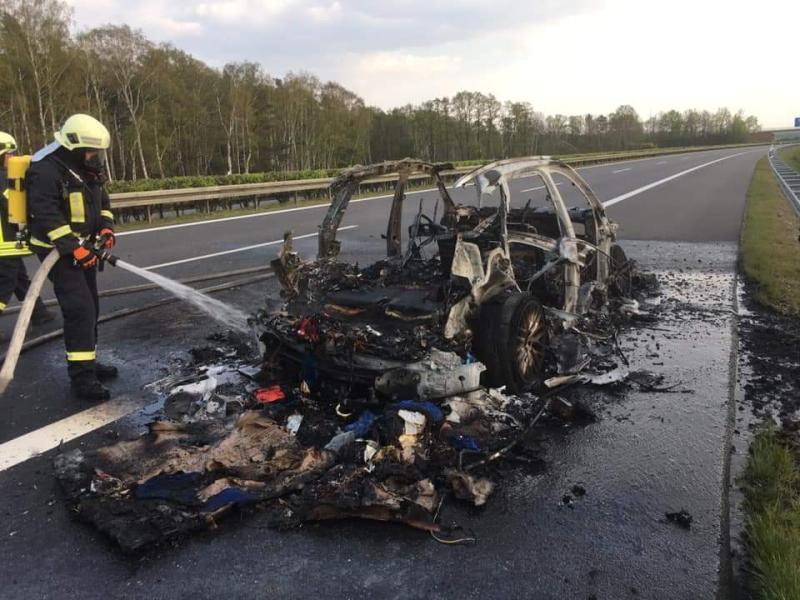 PKW auf Autobahn abgebrannt