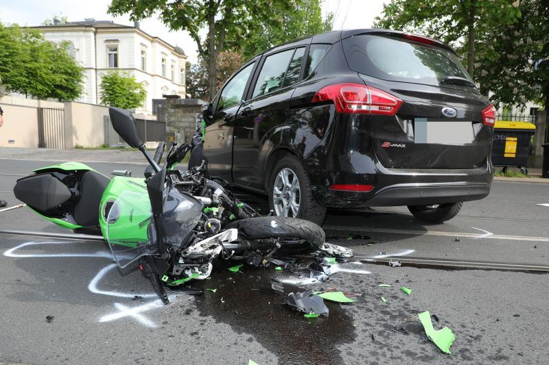 PKW kollidiert mit Motorrad
