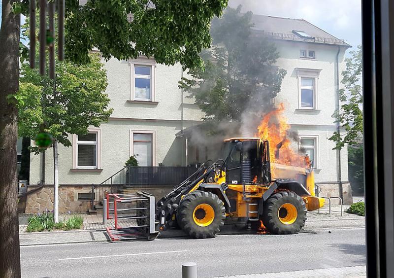 Bagger geht in Flammen auf