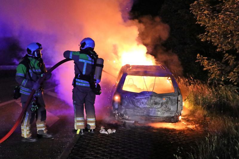 Abgestellter PKW stand lichterloh in Flammen