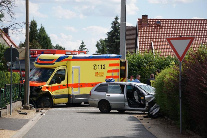 Rettungswagen verunfallt auf Einsatzfahrt