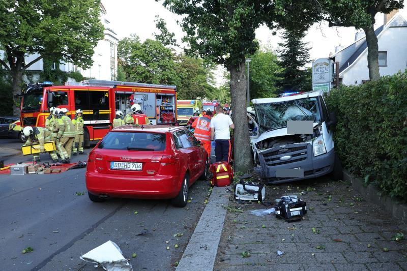 Kleintransporter prallte gegen Baum und Stromanschlußkasten - 5 Verletzte
