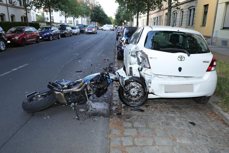 Motorrad prallte gegen parkenden PKW - Krad-Fahrer verstirbt