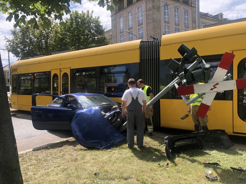 PKW kracht in Straßenbahn