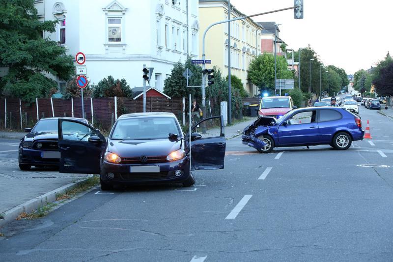 3 PKW kollidierten auf Kreuzung - 4 Verletzte