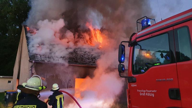 Nebengebäude in Flammen