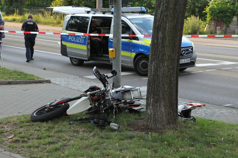 Motorradfahrer kollidierte mit Ampelmast