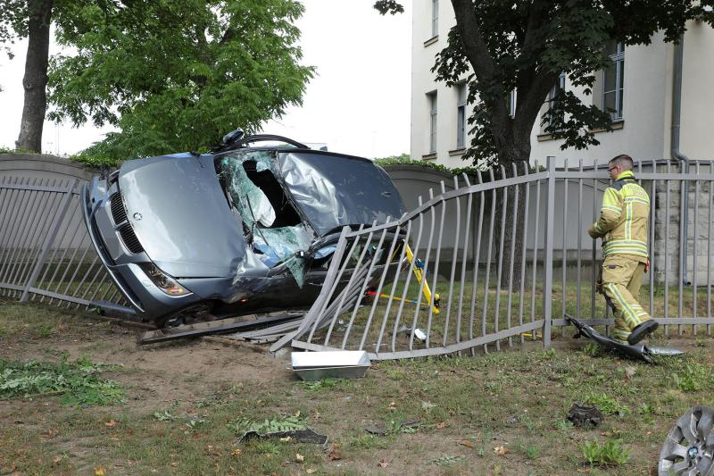 PKW prallte gegen einen Baum und schleuderte gegen einen Zaun