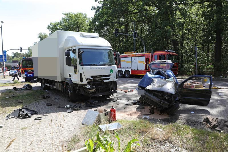 LKW kollidierte mit abbiegendem PKW - 1 Tote, 2 Verletzte