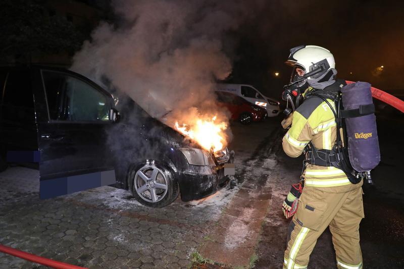 Kleinbus brannte in Cossebaude - Polizei ermittelt wegen Brandstiftung