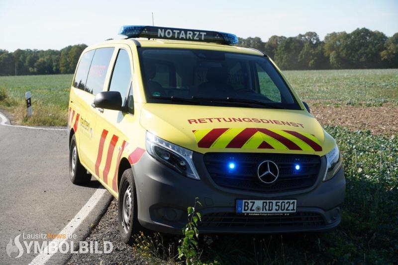 Pkw prallt gegen Baum – Fahrer verletzt