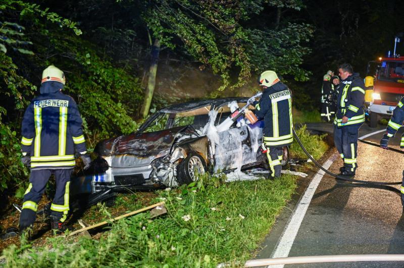 PKW brennt nach Unfall aus - Opfer muss fixiert werden