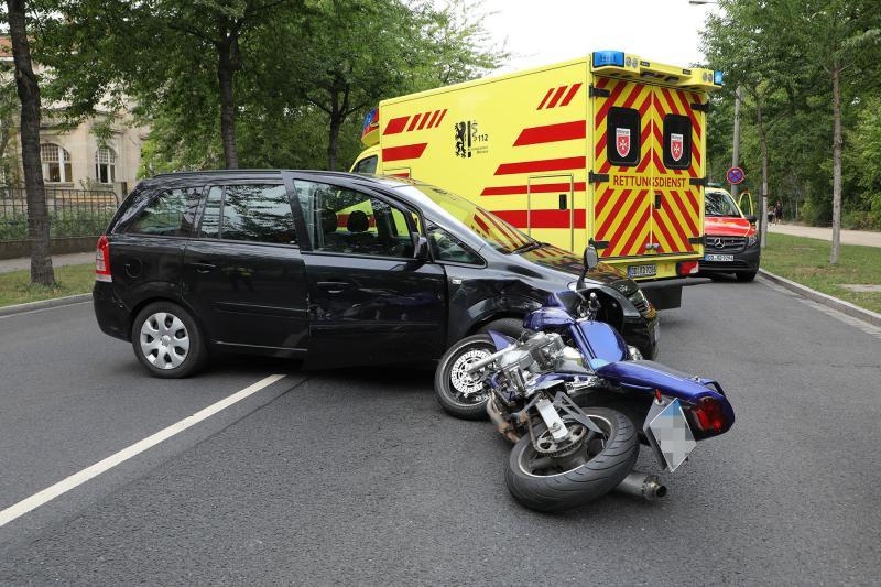 PKW kollidierte beim Wenden mit Motorrad - 1 Verletzter